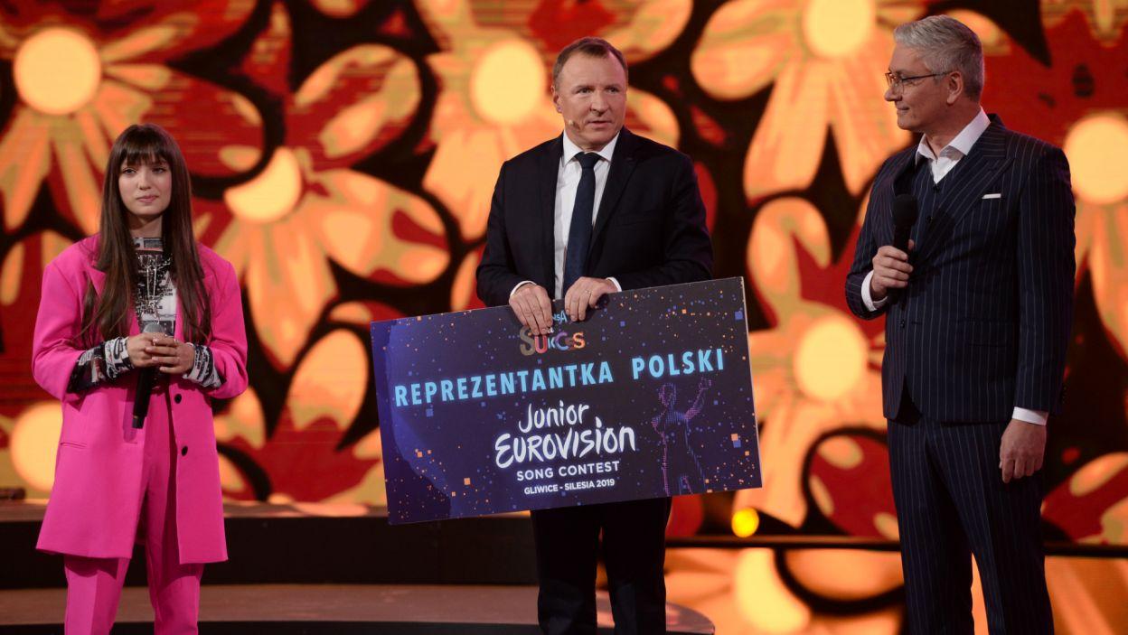 Wiktoria otrzymała nagrodę z rąk prezesa TVP Jacka Kurskiego (fot. J. Bogacz/TVP)