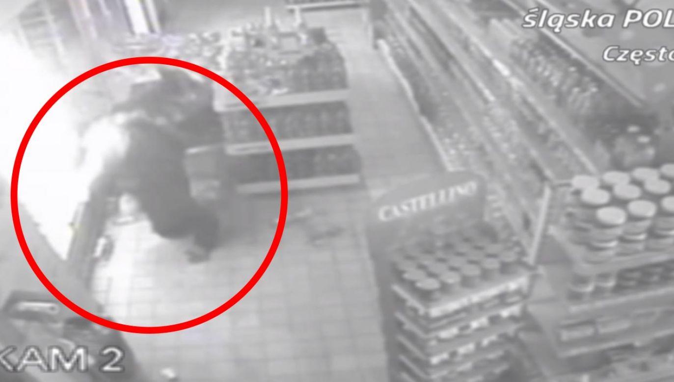Detereminację włamywacza uwieczniły kamery (fot. Policja)