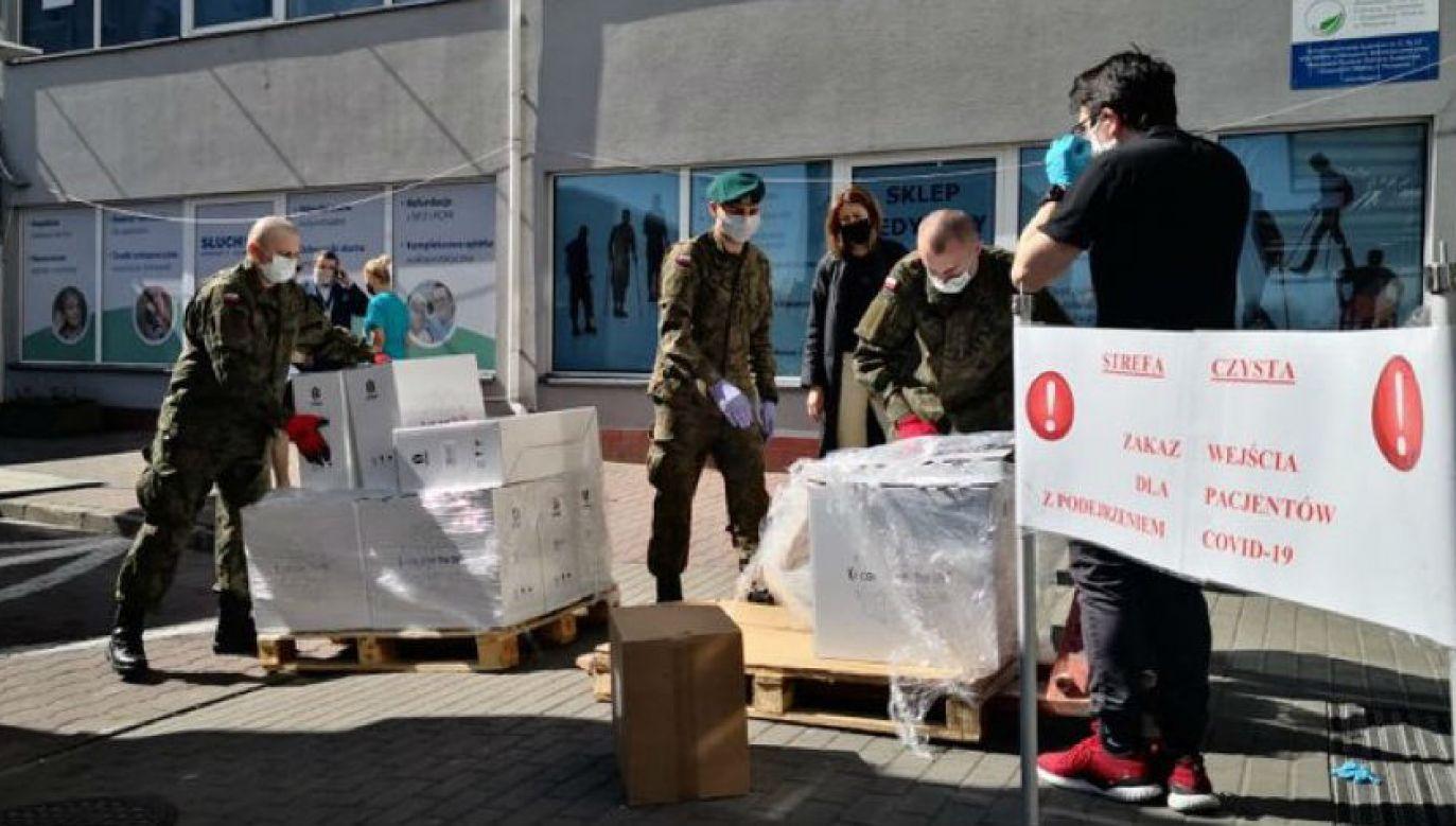 Żołnierze przenoszą sprzęt medyczny (fot. MON)