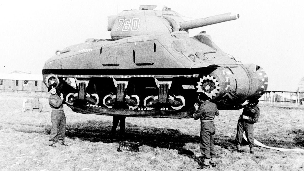 Gumowe czołgi pomogły aliantom oszukać Niemców (fot. Roger Viollet via Getty Images)