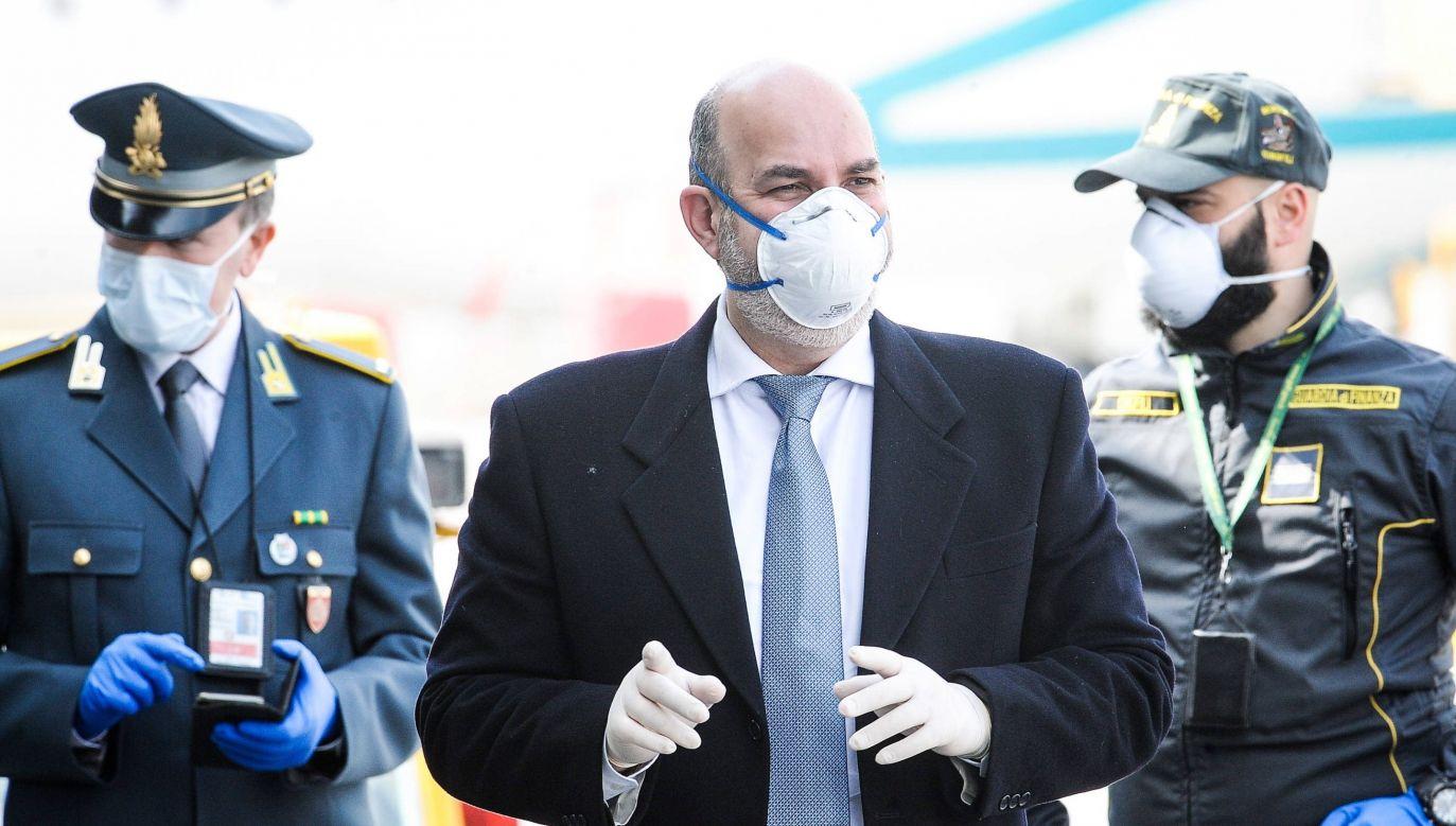 Wiceszef MSWiA Włoch Vito Crimi wita przybyłych z Albanii lekarzy, którzy maja pomóc w walce z epidemią (zdjęcie ilustracyjne) (fot. arch. PAP / FILIPPO VENEZIA)