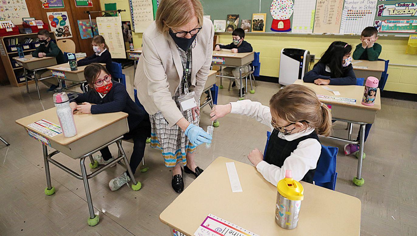 Nie wszystkie rodziny stać na opłaty za czesne w czasie pandemii (fot. Suzanne Kreiter/The Boston Globe via Getty Images)