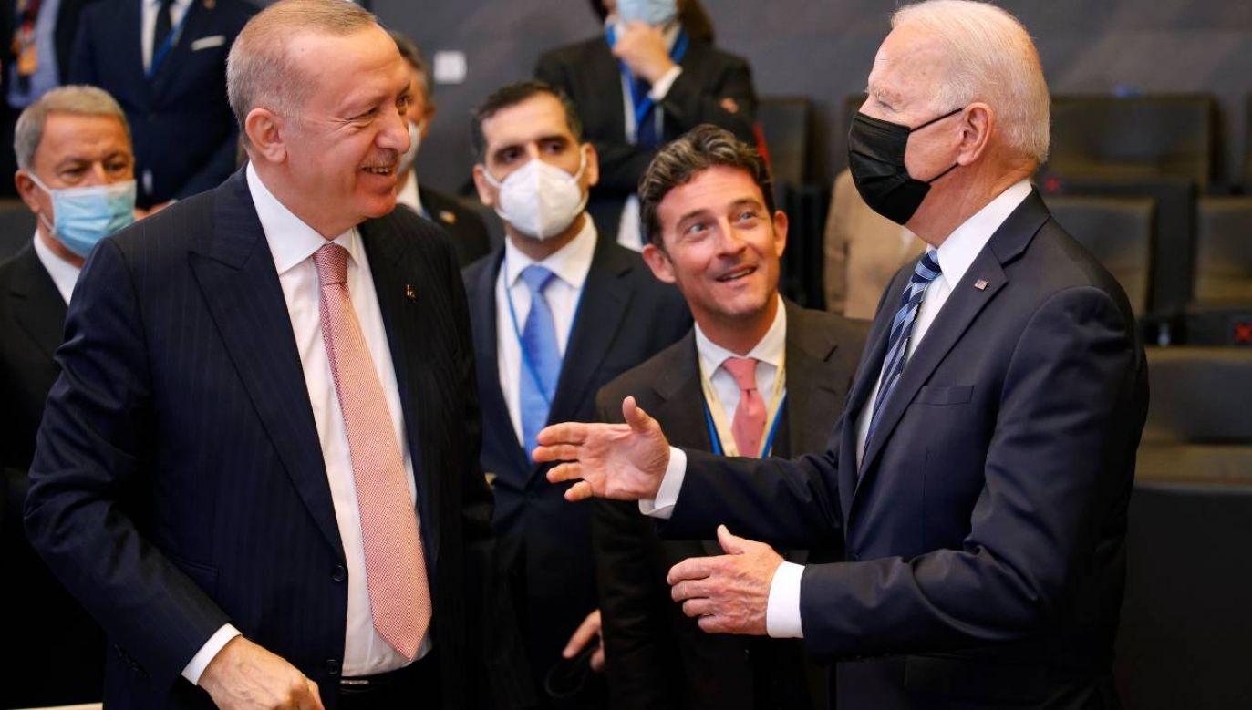 Joe Biden i Recep Tayyip Erdogan spotkali się na marginesie szczytu NATO w Brukseli (fot. PAP/EPA/OLIVIER MATTHYS)