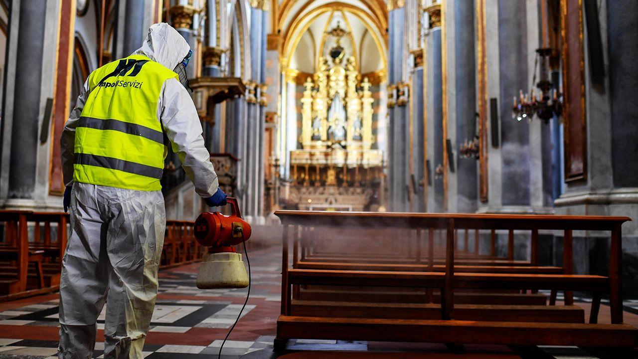 Konferencja Episkopatu Włoch zdecydowała o zawieszeniu odprawiania mszy świętych z udziałem wiernych (fot. Salvatore Laporta/KONTROLAB/LightRocket via Getty Images)