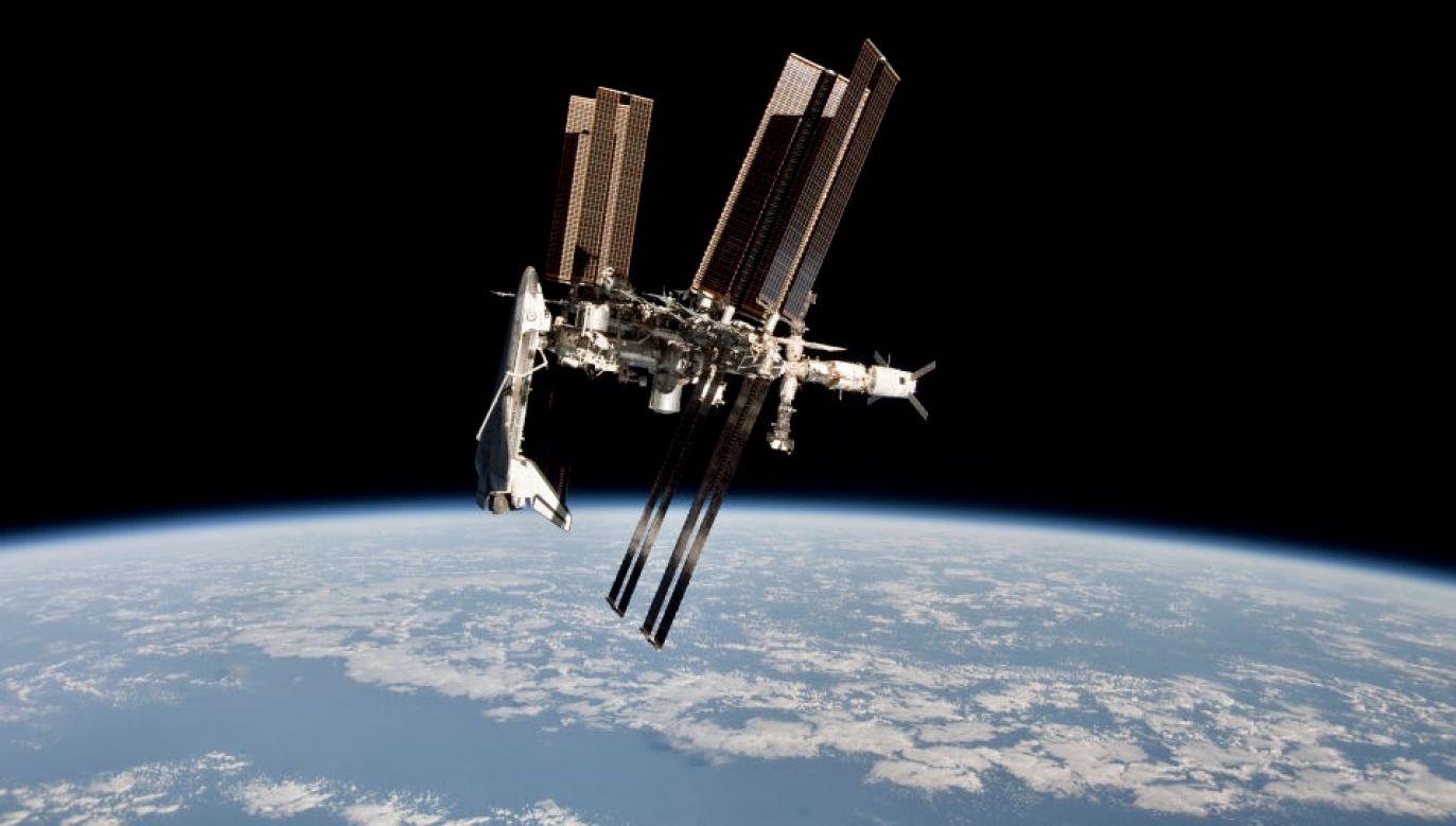 Stacja kosmiczna krąży wokół Ziemi po orbicie przebiegającej około 400 km nad naszymi głowami (fot. ESA/NASA via Getty Images, zdjęcie ilustracyjne)