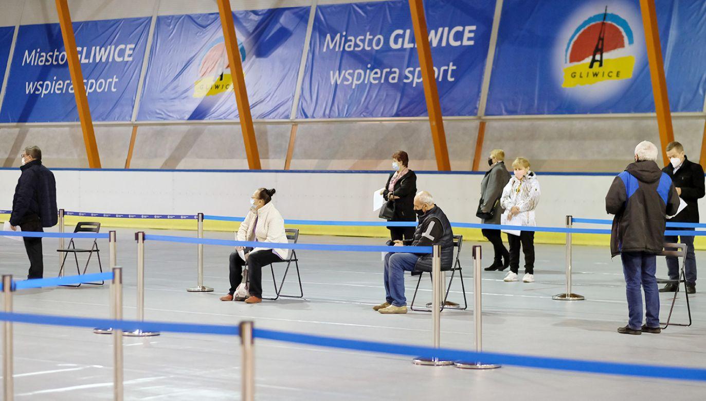 Punkt szczepień na lodowisku w Gliwicach (fot. PAP/Andrzej Grygiel)