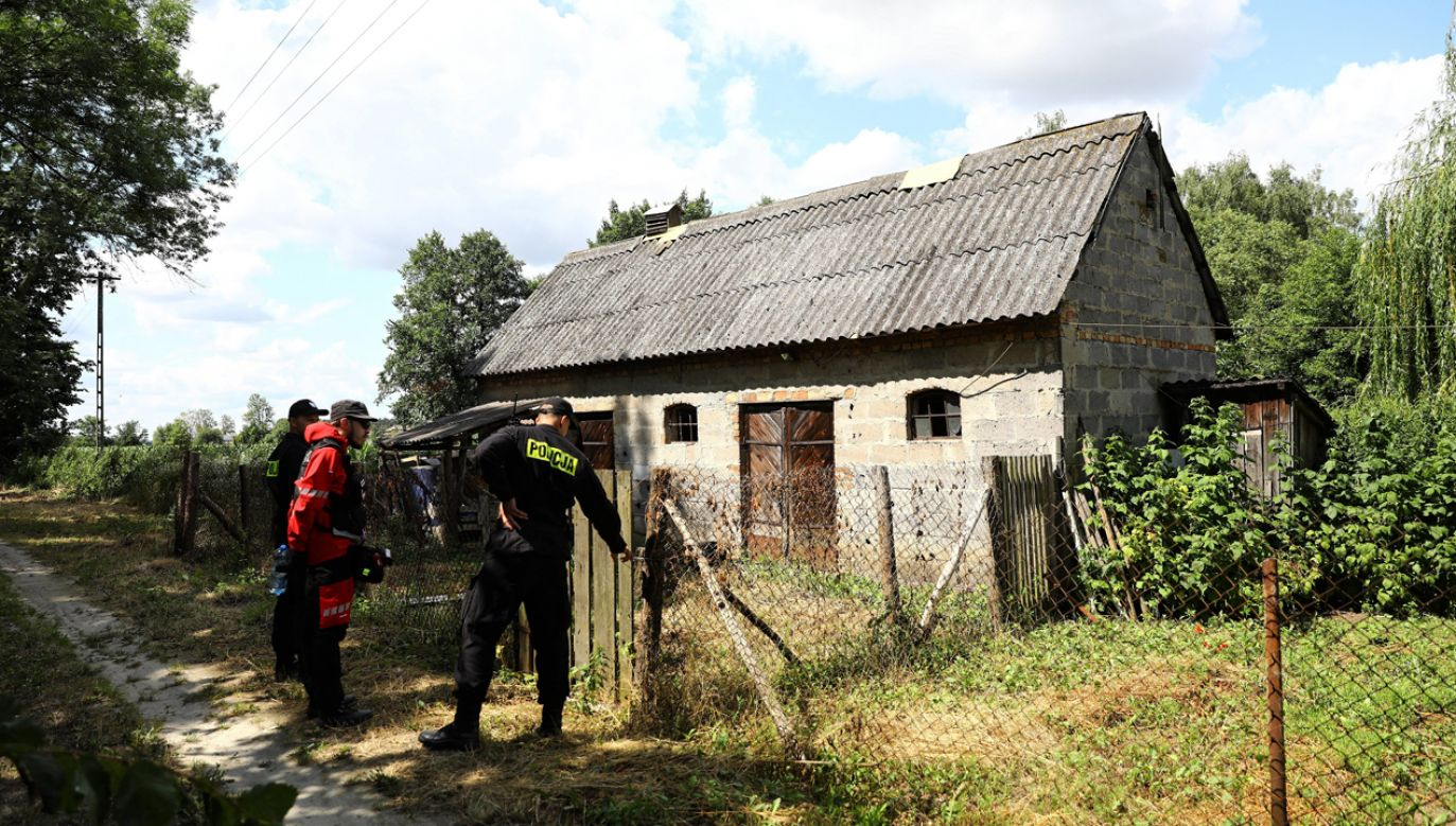 Sprawdzano m.in. teren między grodziską dzielnicą Łąki a autostradą A2 (fot. PAP/Rafał Guz)