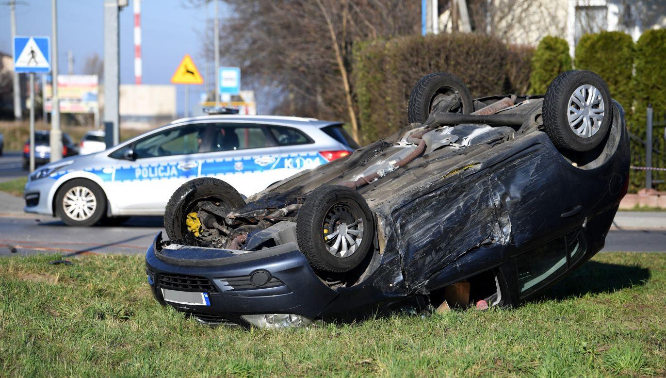 W miejscowości Paterek doszło do dachowania samochodu (fot. PAP/Darek Delmanowicz/ zdjęcie ilustracyjne)