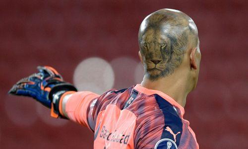Bramkarz  Independiente Sebastián Sosa z wizerunkiem lwa na głowie. Fot. Juan Mabromata - Pool/Getty Images