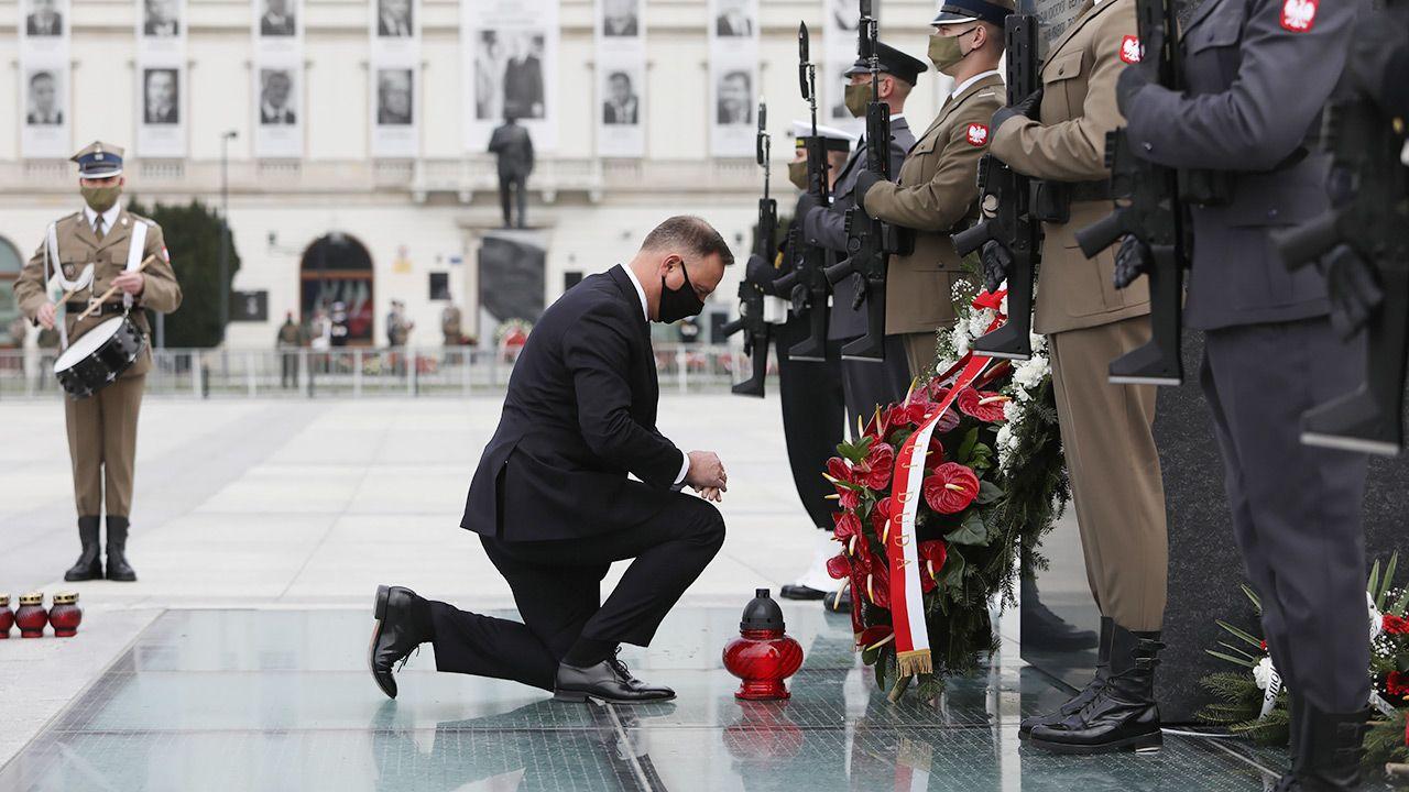 Prezydent Andrzej Duda podczas złożenia kwiatów pod pomnikiem Ofiar Tragedii Smoleńskiej 2010 roku (fot. PAP/Leszek Szymański)