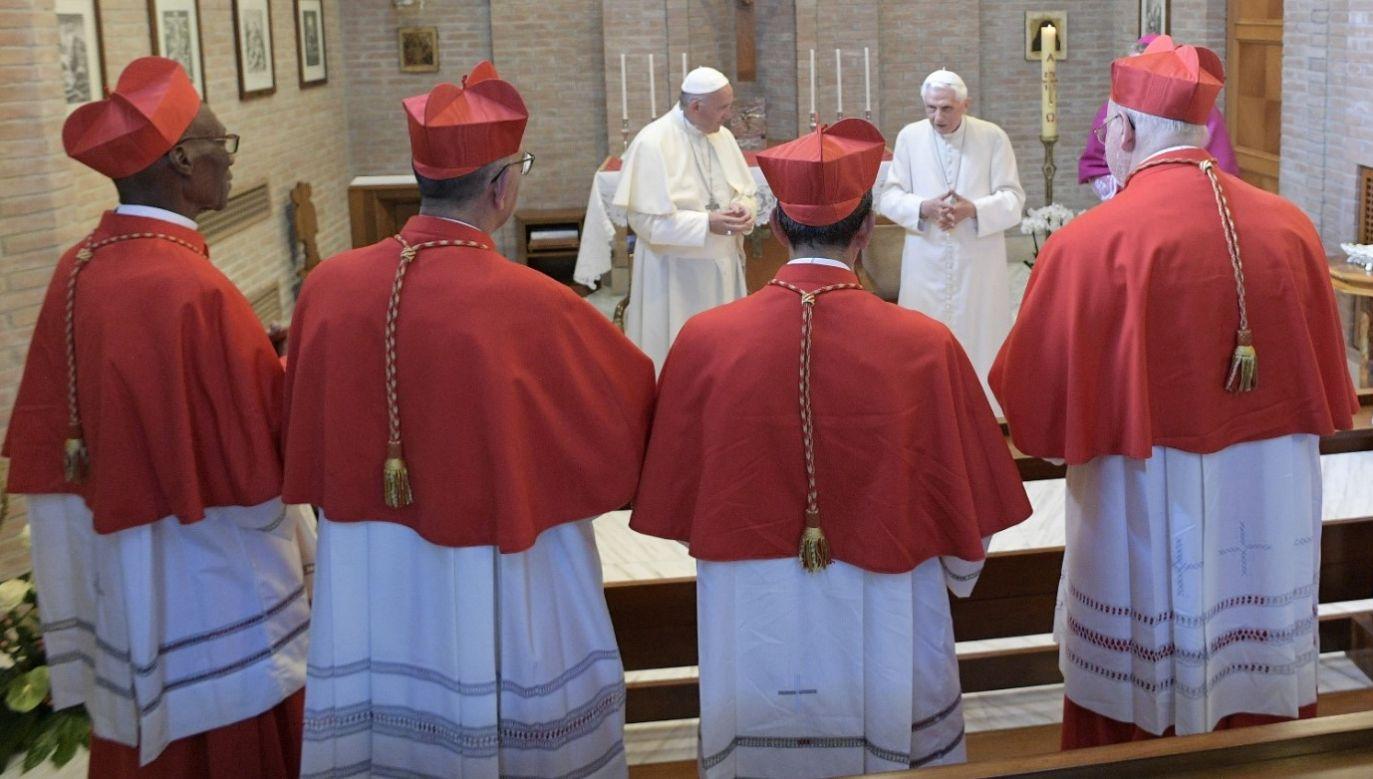 Papieże Franciszek i Benedykt XVI podczas konsystorza w Watykanie w czerwcu 2017 roku. Fot. Fot. Osservatore Romano/Handout via REUTERS