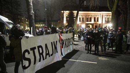 Przed siedzibą TK trwa protest po publikacji uzasadnienia wyroku ws. aborcji (fot. PAP)