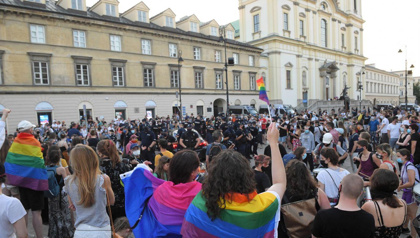 Protest aktywistów LGBT na Krakowskim Przedmieściu w Warszawie (fot. PAP/Radek Pietruszka)