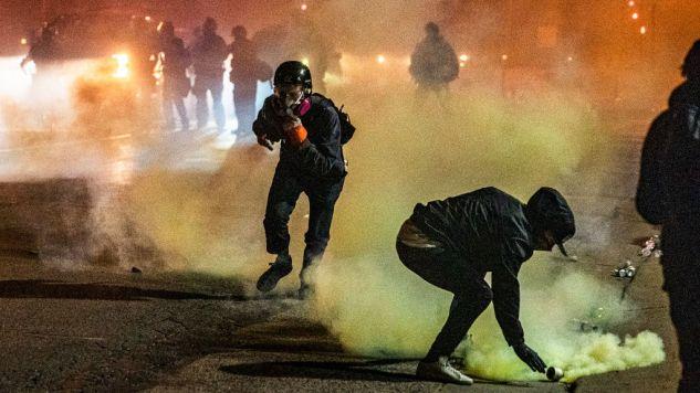 """Prezydent USA stwierdził, że """"radykalnie lewicowi anarchiści"""" odpowiadają za przemoc w trakcie obecnych zamieszek (fot. Richard Tsong-Taatarii/Star Tribune via Getty Images)"""