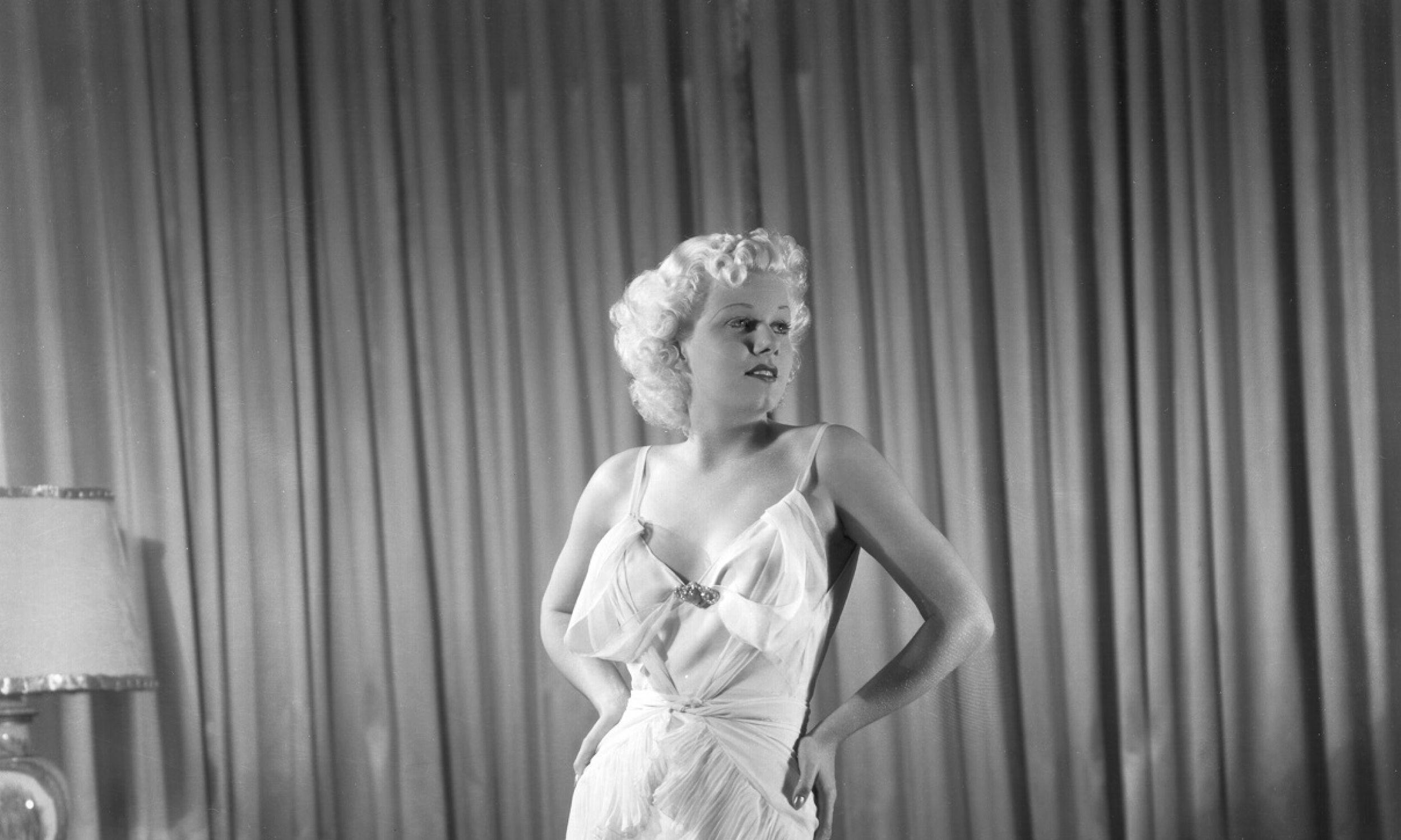 Jean Harlow nie potrzebowała żadnego wsparcia dla piersi i chętnie to demonstrowała. Zdjęcie z ok 1930 roku.Fot. Michael Ochs Archives/Getty Images