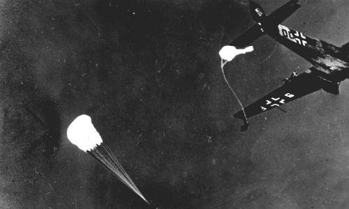 Niemieccy spadochroniarze lądujący w Narwiku - 1940 r. Fot. ullstein bild / ullstein bild via Getty Images