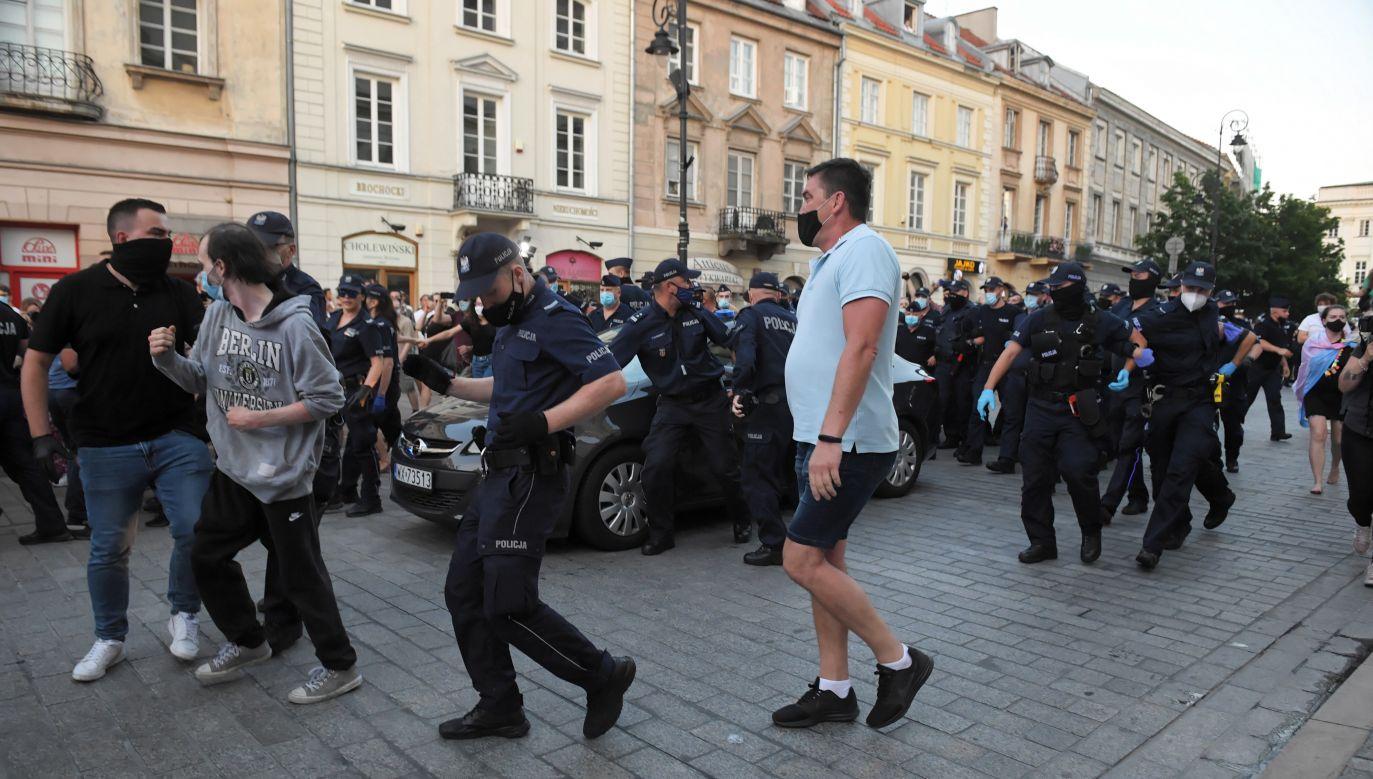 Protest był związany z decyzją sądu o areszcie dla aktywisty LGBT Michała S., przedstawiającego się jako Małgorzata S. (fot. PAP/Radek Pietruszka)