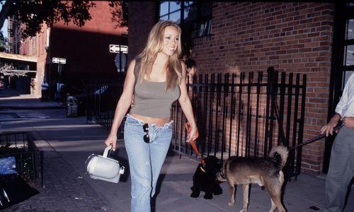 """9. Gwiazda popu lat 90., z nieodłącznym w tych czasach magnetofonem i ze swoim psem Jackiem na smyczy, rusza w miasto, by promować singiel """"Heartbreaker"""" z albumu """"Rainbow"""" – Nowy Jork w 1999 r. Mariah Carey sprzedała w sumie w swojej karierze 128,3 mln płyt. Fot. The LIFE Picture Collection / Getty Images"""