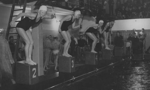 Listopad 1937 r. Zawody pływackie z okazji otwarcia basenu w Centralnym Instytucie Wychowania Fizycznego w Warszawie. Fot. NAC/IKC, sygn. 1-N-3446-4