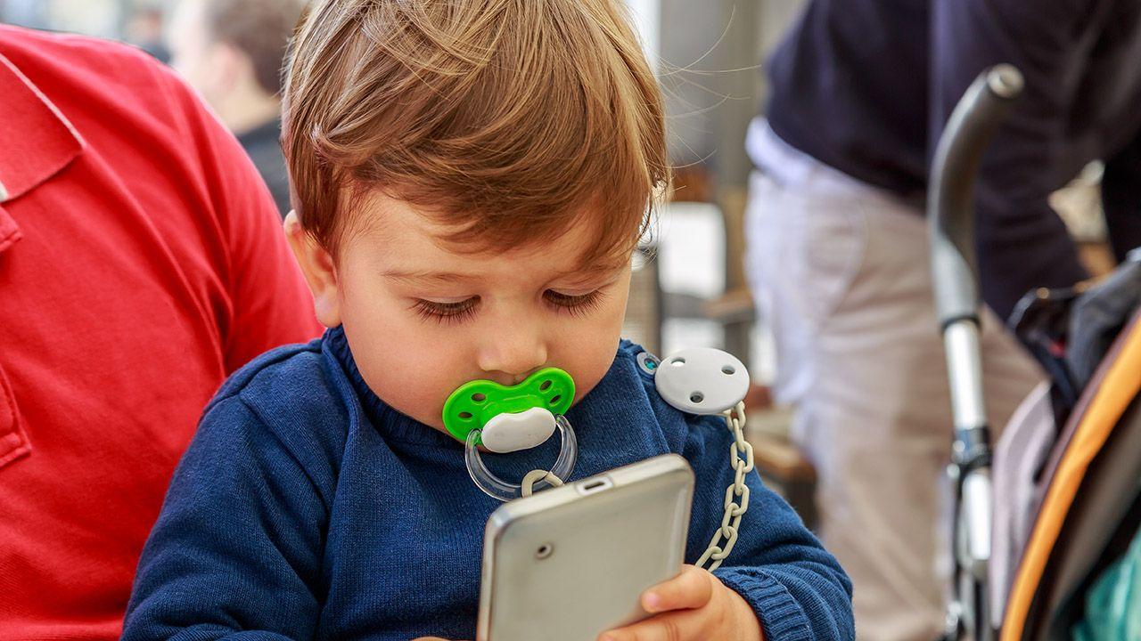 Co trzecie dziecko między 12. a 23. miesiącem życia korzysta z urządzeń  mobilnych - tvp.info