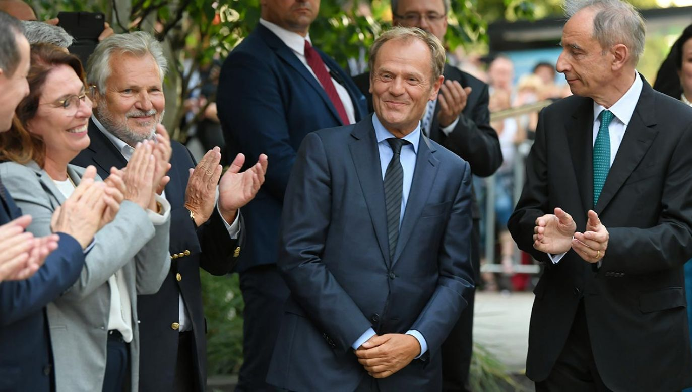 Donald Tusk namawiał w niedzielę do głosowania na Rafała Trzaskowskiego (fot. PAP/Adam Warżawa)