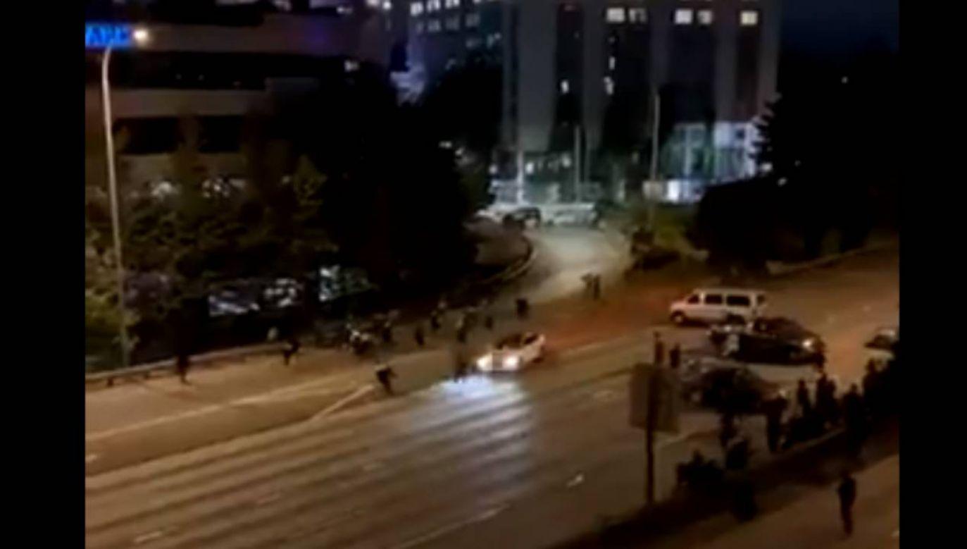 Mężczyzna wjechał z dużą prędkością samochodem w grupę demonstrantów (fot. źródło: Twitter/@swimmerbr78)
