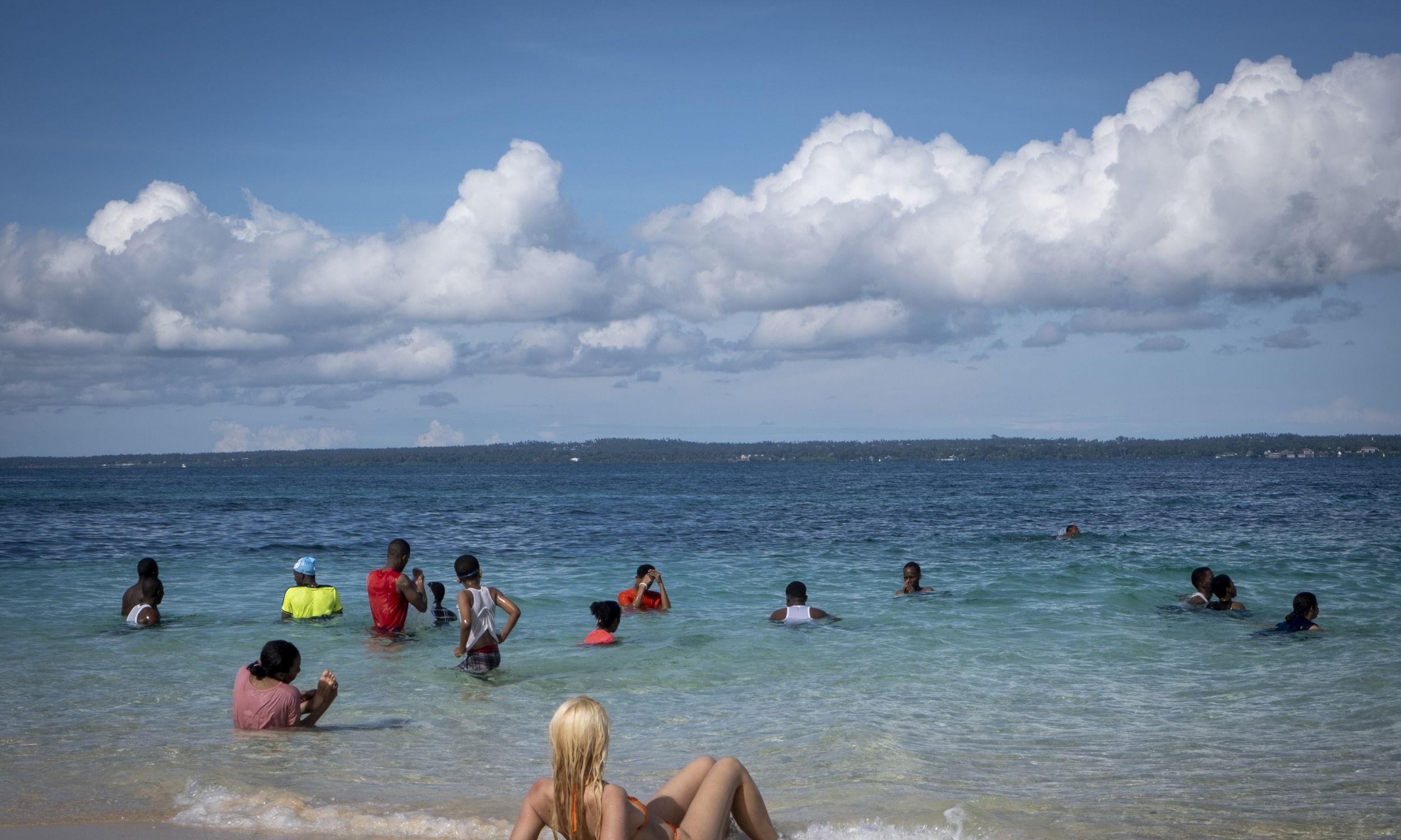 Kto by się przejmował antycovidowymi zaleceniami w takich okolicznościach? Plaża na wyspie Changuu Fot. Andrew Aitchison / In pictures via Getty Image