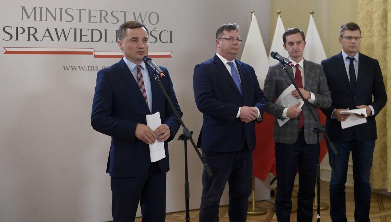 """""""Byli koalicjanci"""" – mówił Radosław Fogiel o partii Zbigniewa Ziobry (fot. PAP/Marcin Obara)"""