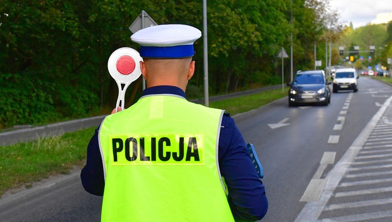 Funkcjonariusze będą sprawdzać, czy kierowcy nie korzystają z telefonów podczas jazdy (PAP/Marcin Bielecki)