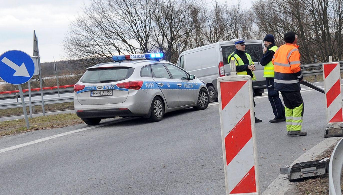 Kiedy policjanci zatrzymali Volkswagena, ten zaczął uciekać (fot. arch.PAP/Marcin Bielecki, zdjęcie ilustracyjne)