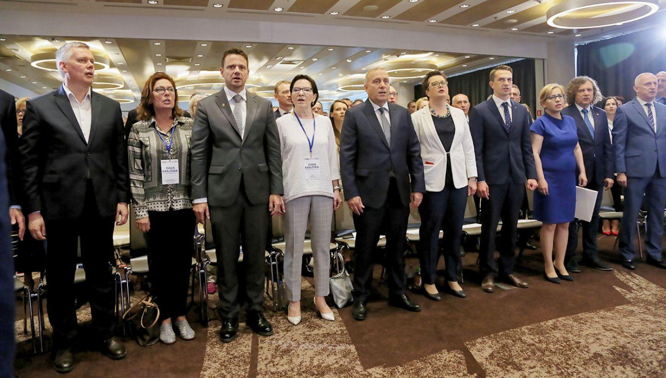 Koalicjanci uśmiechali się do wspólnej fotografii (fot. arch. PAP/Wojciech Olkuśnik)