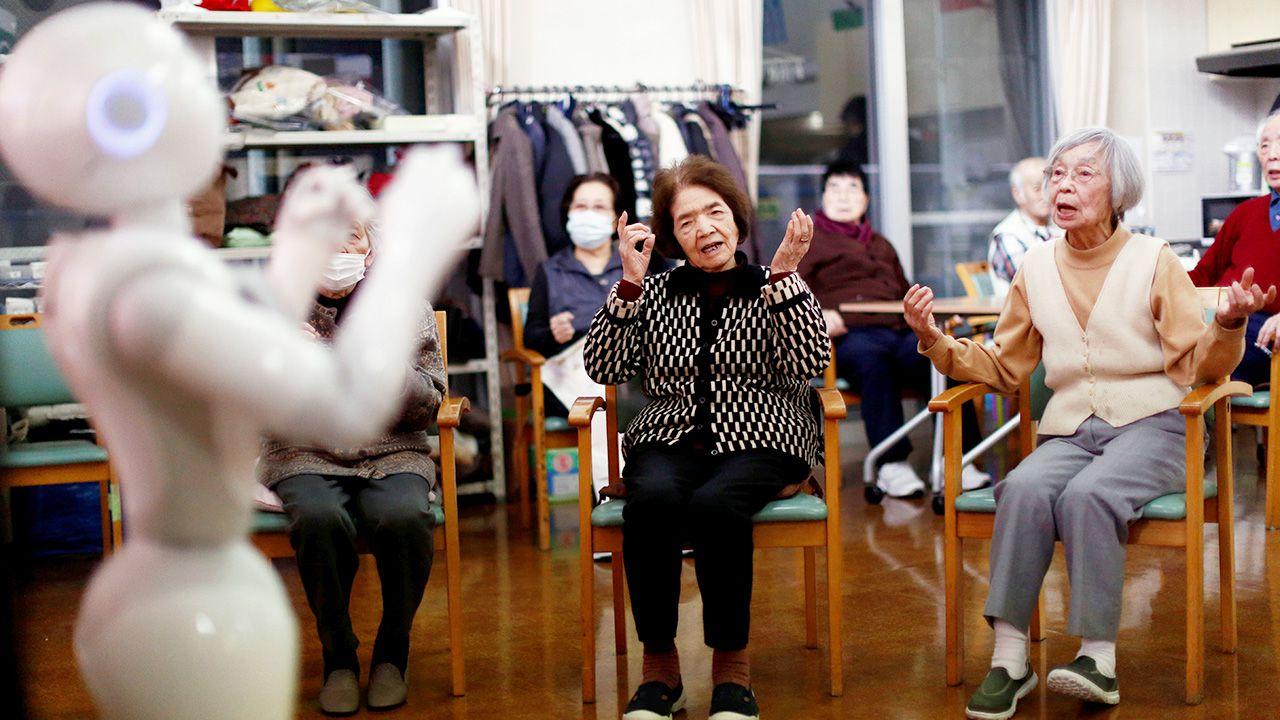 Roboty znalazły zatrudnienie w domu opieki Shin-tomi w Tokio (fot. REUTERS/Kim Kyung-Hoon)