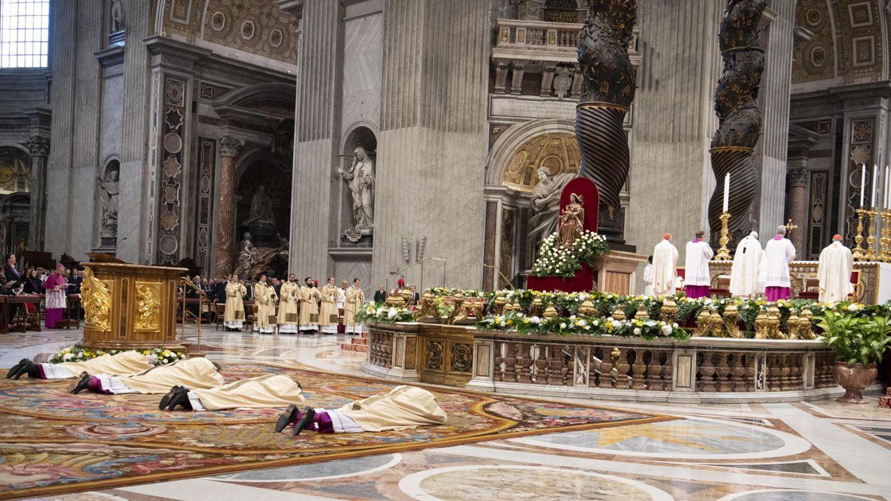 Do zdarzenia doszło w czasie mszy, w trakcie której papież udzielał święceń biskupich czterem dostojnikom (fot. PAP/EPA/MAURIZIO BRAMBATTI)