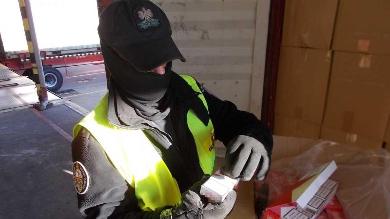 Polskie służby regularnie informują o przejętych nielegalnych transportach papierosów (fot. Krajowa Administracja Skarbowa)