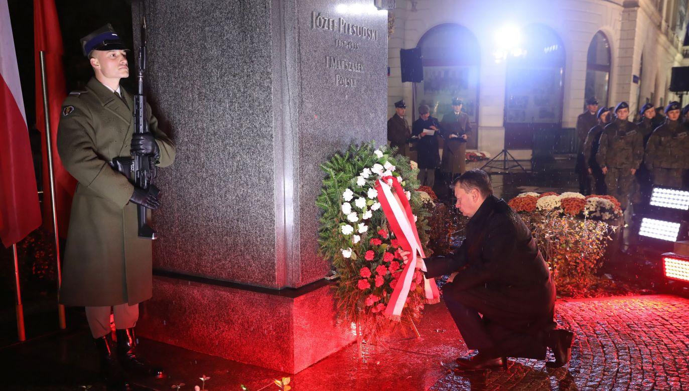 Minister obrony narodowej Mariusz Błaszczak składa kwiaty przed pomnikiem Marszałka Józefa Piłsudskiego (fot.  PAP/Tomasz Gzell)