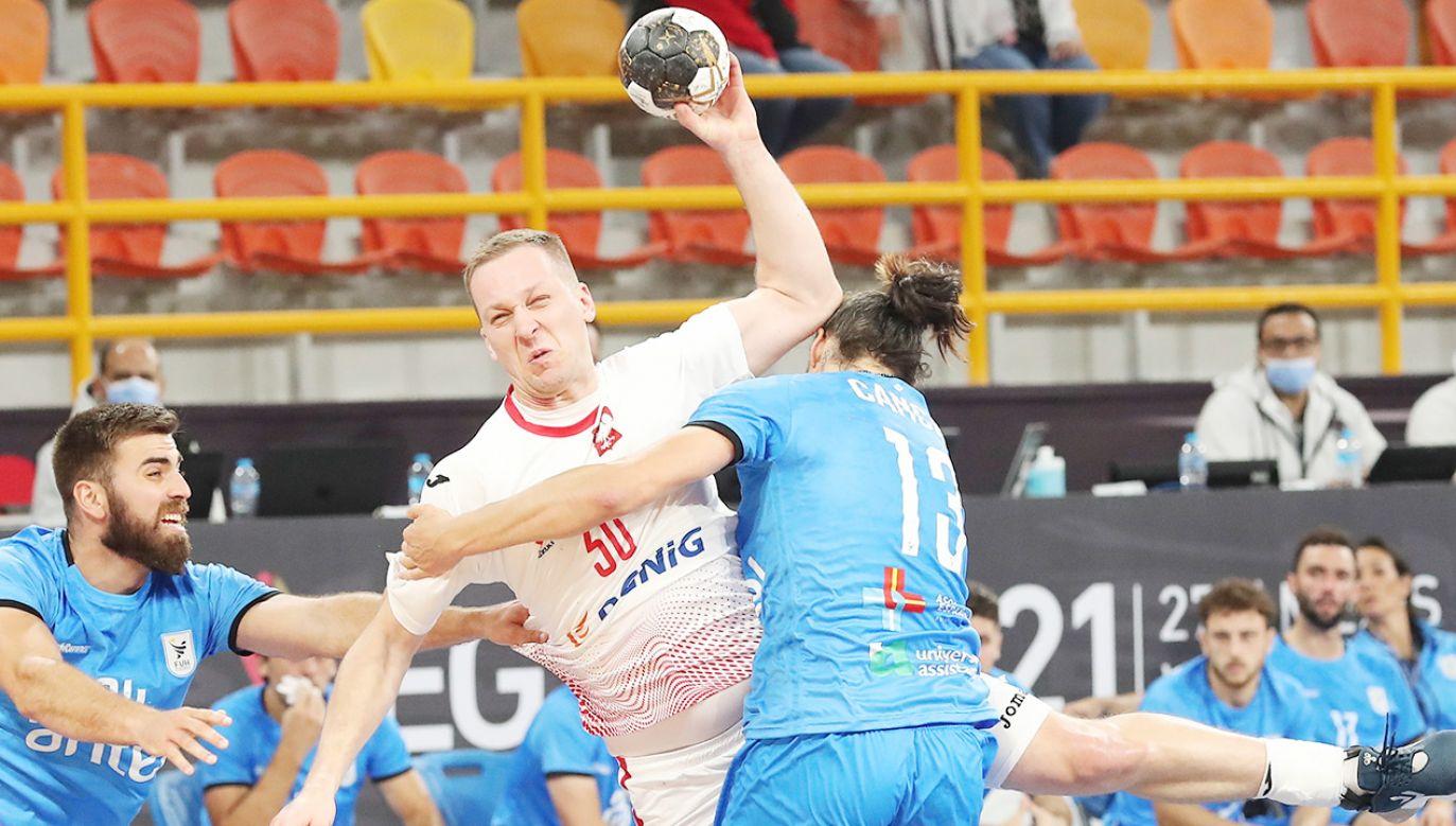 Rafał Przybylski podczas wygranego wysoko meczu z Urugwajem (fot. PAP/EPA/Khaled Elfiqi / POOL)