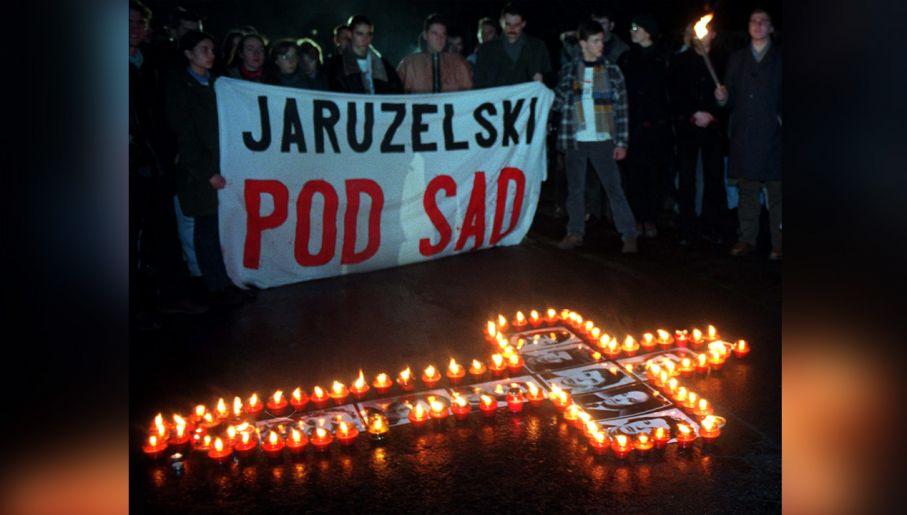Manifestacja Ligi Republikańskiej przed willą gen. Wojciecha Jaruzelskiego (fot. arch. PAP/CAF Przemyslaw Wierzchowski)