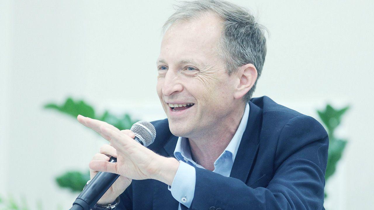 """Konrad Piasecki twierdził, że opozycja chciała, by placówki działały """"pełną parą"""" (fot.  PAP/Artur Reszko)"""