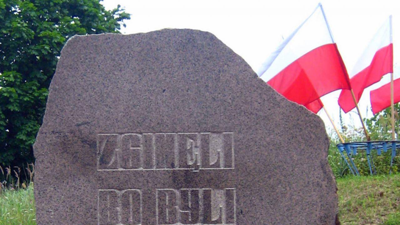 Dla uczczenia ofiar obławy augustowskiej w 1987 roku w Gibach powstał pomnik projektu Andrzeja Strumiłły