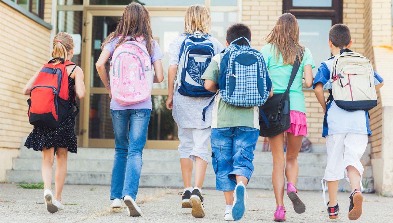 Zgodnie z nowym prawem publiczne oraz prywatne placówki oświatowe mają obowiązek wprowadzenia do programów szkolnych zagadnień związanych z ideologią gender (fot. Shutterstock/By LStockStudio)