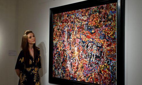 """Obraz """"Cote Chipote"""" Jeana Dubuffet znalazł się wśród prac zgromadzonych na wystawie w Londynie, która poprzedziła aukcję dzieł powojennej sztuki współczesnej zorganizowaną w 2015 roku przez nowojorski dom aukcyjny Christie's. Fot. Ben Pruchnie/Getty Images"""