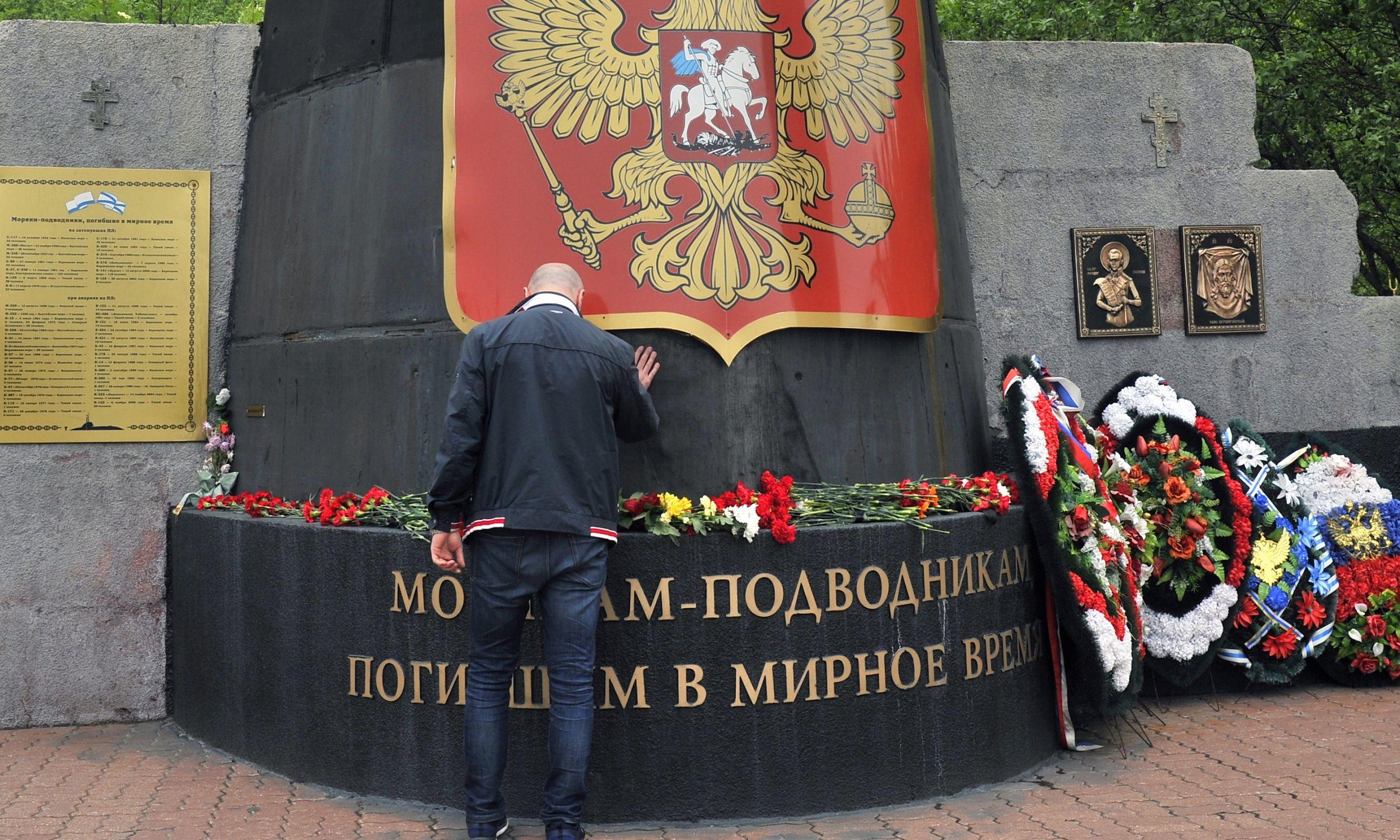 Rosjanie przynoszą kwiaty pod pomnik Marynarki Wojennej w Kościele Zbawiciela na Wodach w Murmańsku, aby uczcić 14 oficerów marynarki wojennej, którzy zginęli na okręcie zanurzonym  w północnych wodach terytorialnych Rosji, 1 lipca 2019 r. Fot. Lev Fedoseyev/TASS via Getty Images