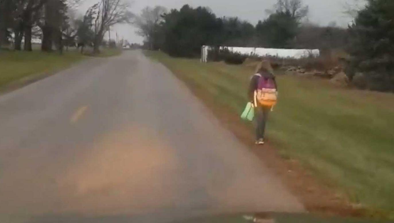 Ojciec dziewczynki jechał za nią samochodem i tłumaczył, dlaczego zdecydował się na taki sposób wychowania córki (fot. FB/Matt Cox)