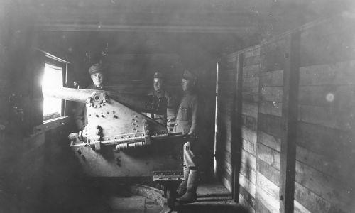 """Walki polsko-ukraińskie 1918 – 1919. Wnętrze wagonu pociągu pancernego """"Śmiały"""" – żołnierze przy armacie na stanowisku bojowym. Fot. NAC/IKC, sygn. 1-H-366"""