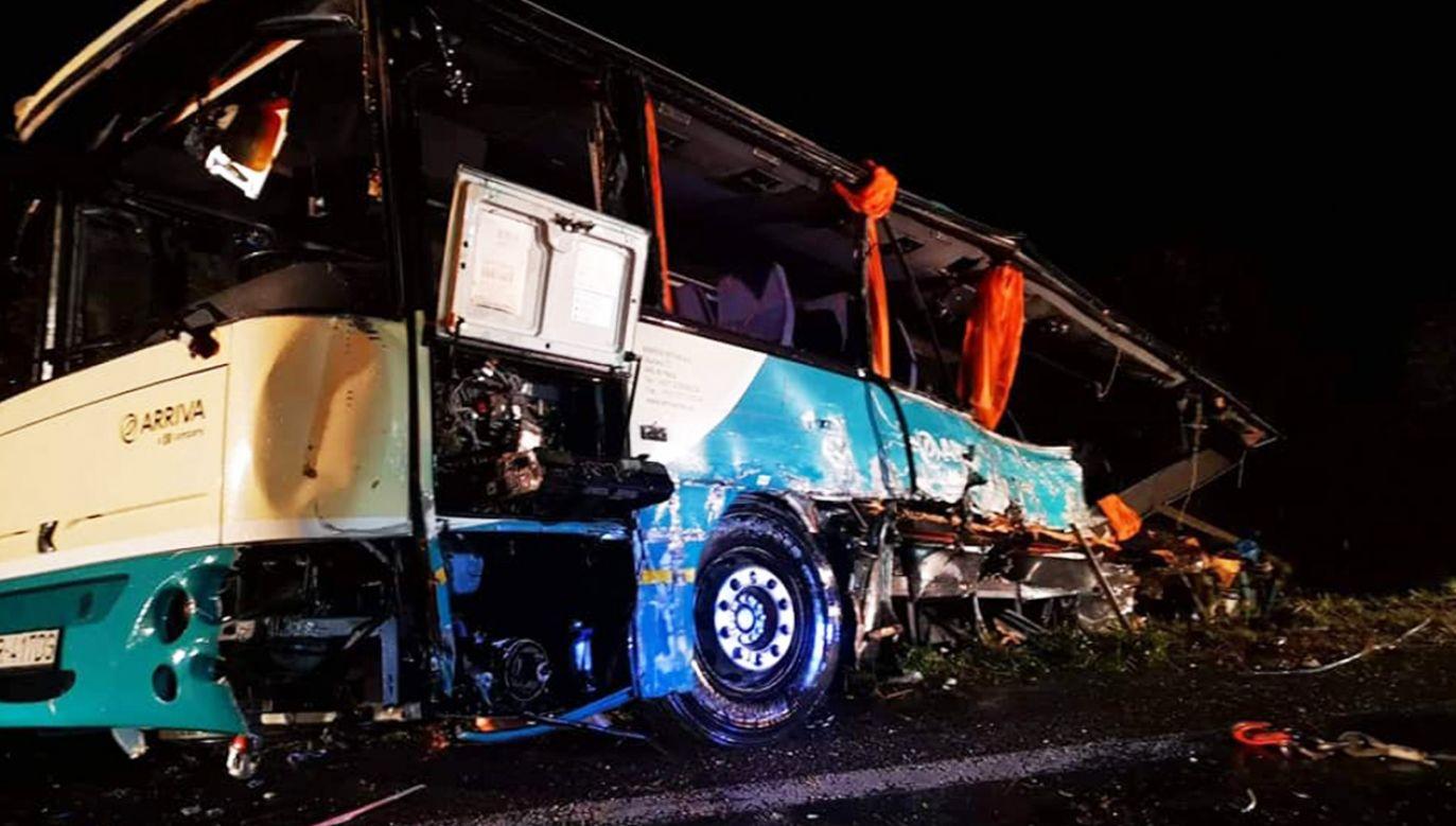 Do wypadku doszło, gdy ciężarówka przewożąca kamienie i gruz, przewróciła się, zjeżdżając ze wzgórza (fot. Facebook/Prezídium Hasičského a záchranného zboru)