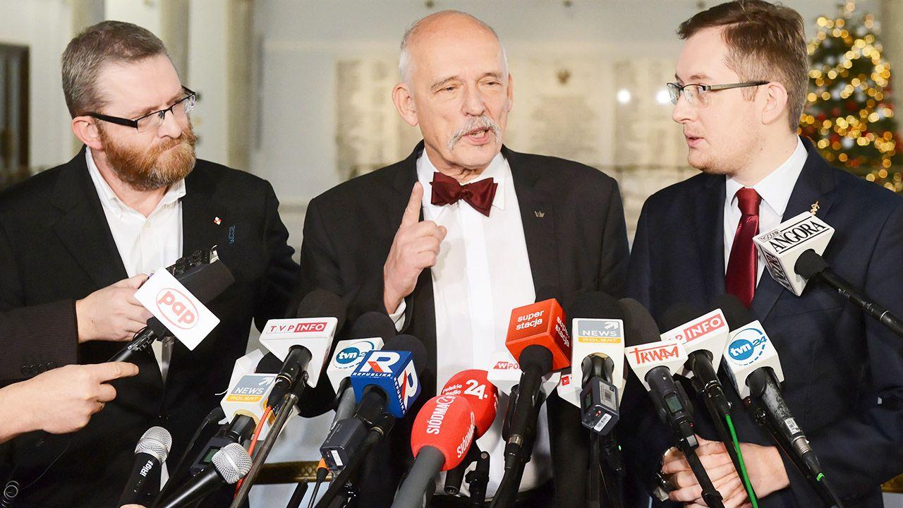 """""""Idziemy do wyborów i liczymy na znacznie lepszy wynik niż państwo liczycie"""", powiedział Janusz Korwin-Mikke (fot. PAP/Jakub Kamiński)"""