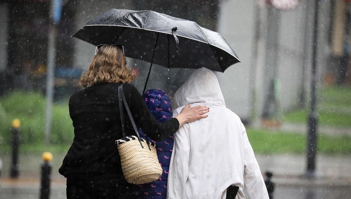 W większości kraju zachmurzenie z opadami deszczu (fot.  PAP/Leszek Szymański)