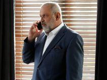 Marek Kaszuba nie może się skupić na pracy z powodu braku kontaktu z sędzią Zatońską. Zaginięcie kobiety uświadamia mu, jak bardzo mu na niej zależy (fot. TVP)