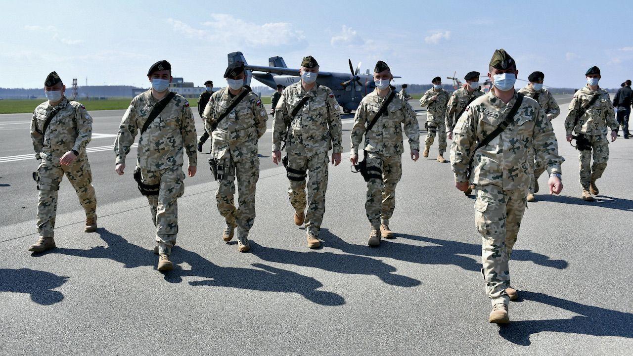 Wylot żołnierzy z Brygady Lotnictwa Marynarki Wojennej z Gdyni na misję NATO w Turcji (fot. PAP/Adam Warżawa)