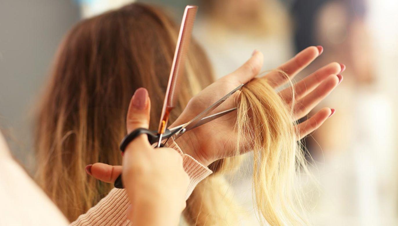 Kobieta poddała się u fryzjerki prostemu zabiegowi (fot. Shutterstock/Kamil Macniak)